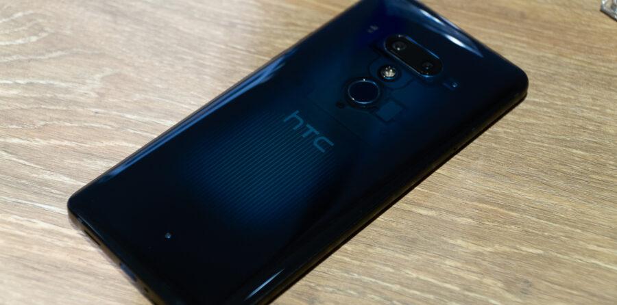 HTC U12+ トランスルーセントブルー背面