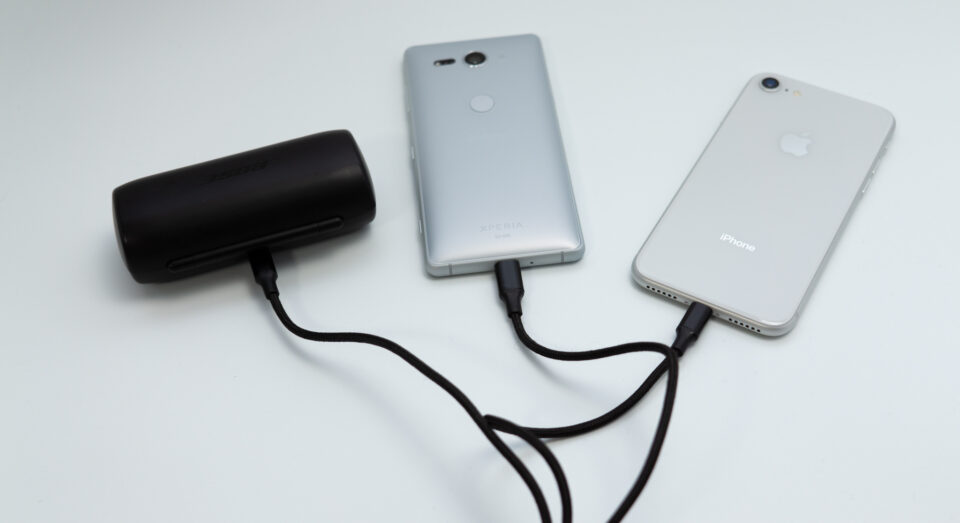 3in1ケーブルでBOSEのイヤホン、Xperia XZ2 Compact、iPhone 8を充電中
