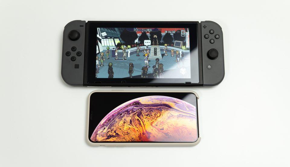 Nintendo SwitchとiPhone XS Maxを並べたところ